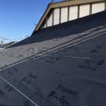 外張り断熱工法場合では、壁と屋根との取り合い部はこうした気密処置を行っています