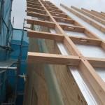 屋根外張り断熱材が敷かれ通気垂木が並びました