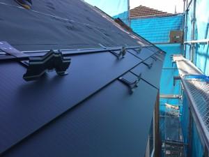 屋根ガルバリウム鋼板敷きと雪止め金物