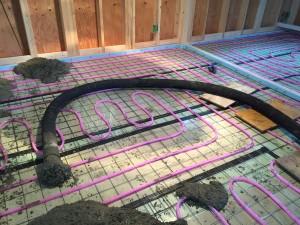 屋内での蓄熱コンクリートポンプ圧送ホース状況