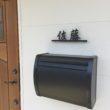 ガルバ鋼板外壁へのアイアン表札取り付け