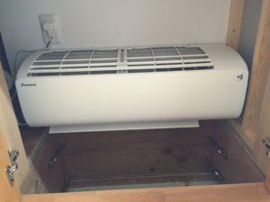 キッチン背面収納箱に収まる2階床下エアコン