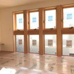 造作キッチンカウンター収納扉はプッシュロック方式を採用し、同化を演出しています