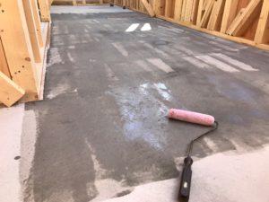 浸透性プライマー原液を蓄熱コンクリート表面へローラー塗布しています