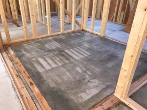 浸透性プライマー原液を和室蓄熱コンクリート表面へローラー塗布後