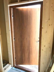 断熱木質玄関ドア 右吊り元屋内側