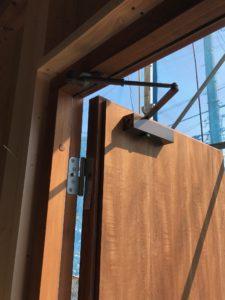断熱木質玄関ドア ドアクローザ取付後