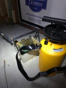 ホウ酸水溶液の噴霧器とローラー塗布