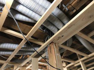 エコエア90 SA・RA用75φ樹脂ダクトホース天井裏配管状況