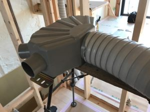 6分岐チャンバーと125φ断熱ダクト仮接続