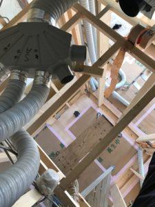屋根裏6分岐チャンバー設置と75φダクト接続中