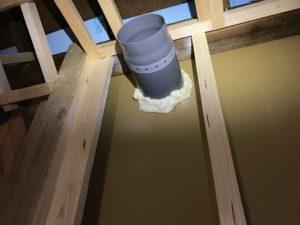 ダクト用途スリーブ廻り 屋内部1液型発泡断熱材による仮固定