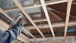 吹付硬質ウレタンフォーム 屋根隅垂木部吹付施行中