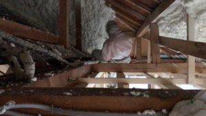 吹付硬質ウレタンフォーム 屋根隅垂木部吹付施行中吹き厚ゲージ確認中