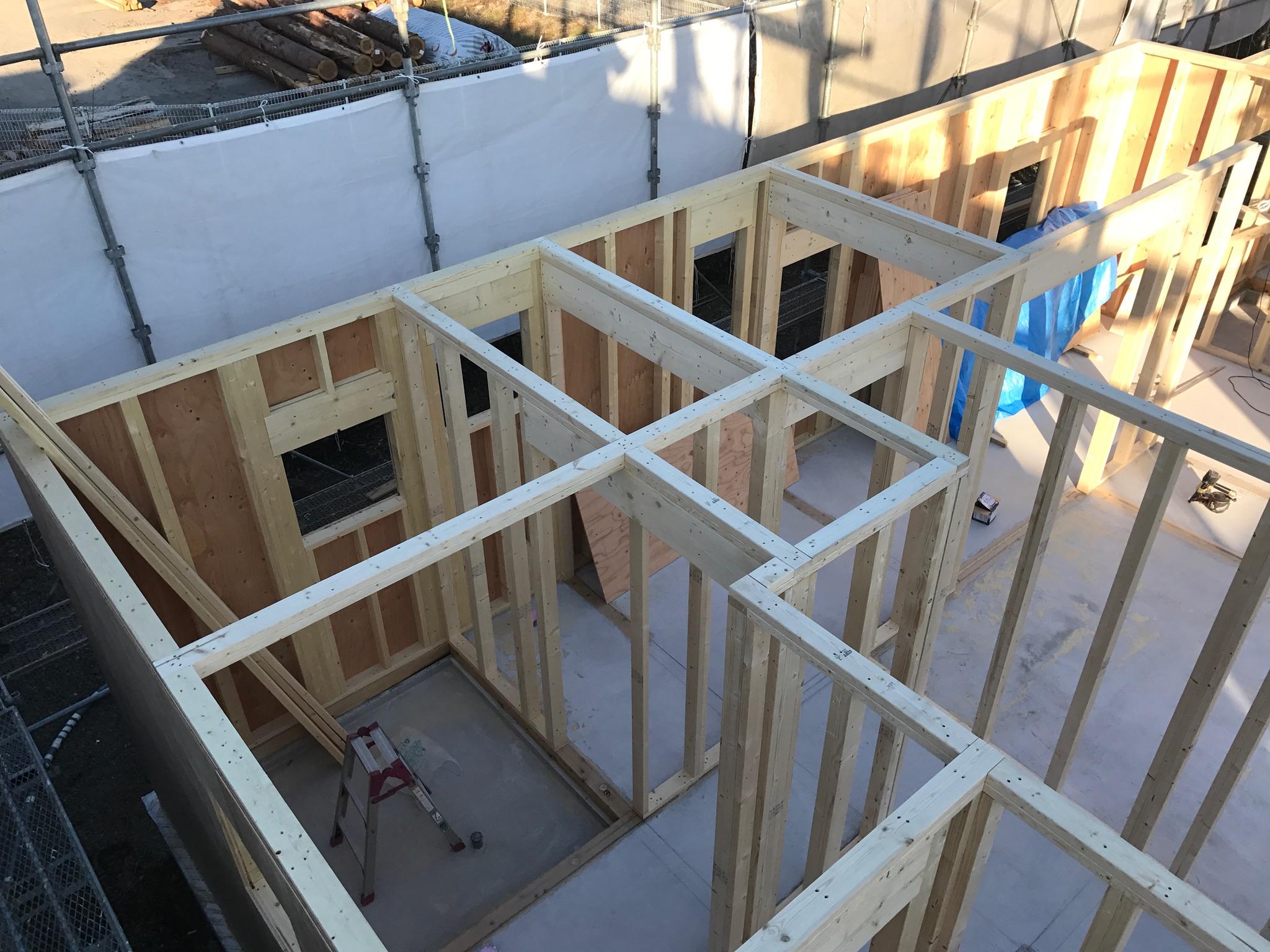 2×4工法 2階床根太を並べ始めました